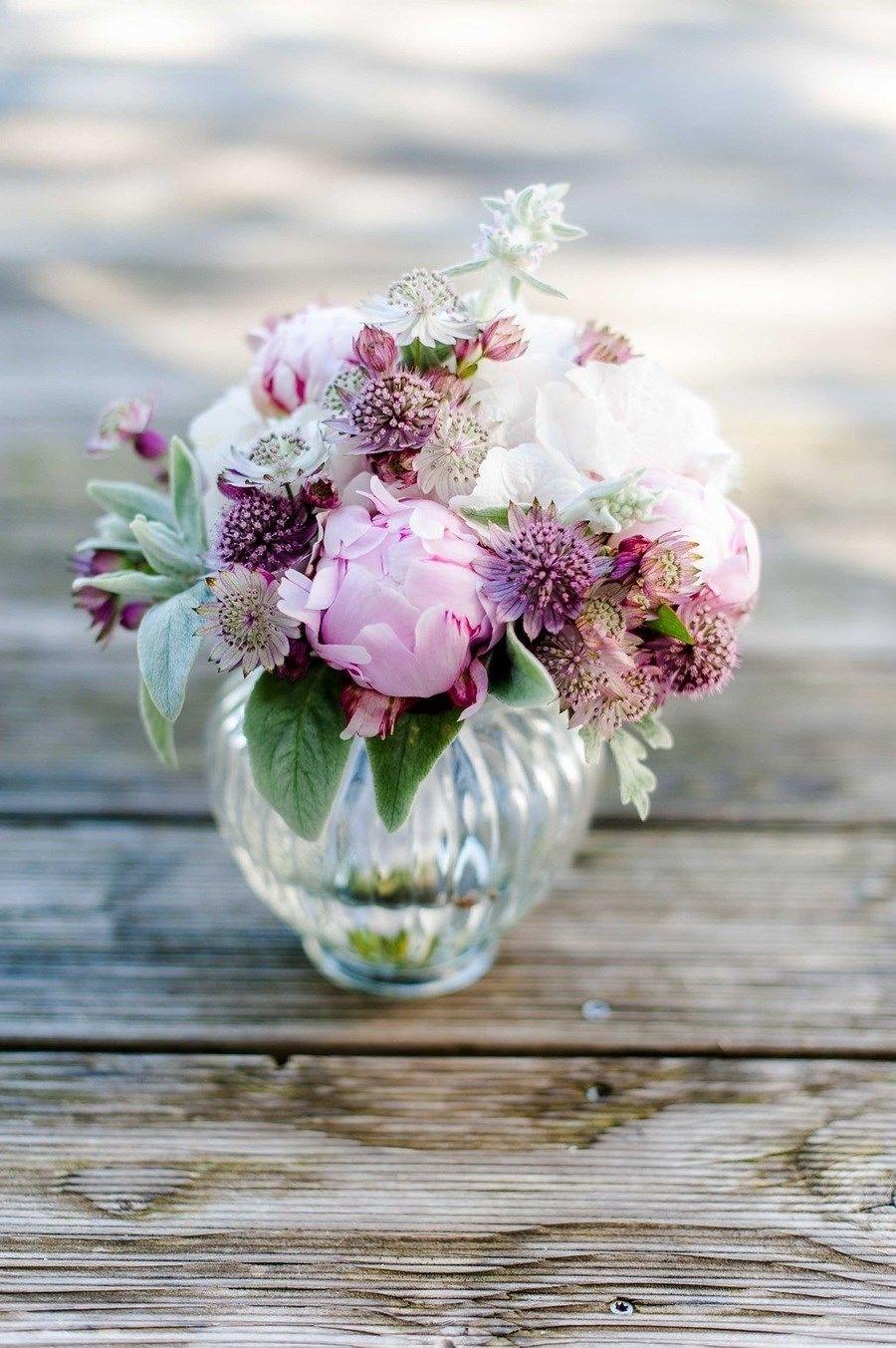 Susse Vintage Hochzeit In Grau Weiss Und Altrosa Mit Pfingstrosen Mit Bildern Tischdekoration Hochzeit Blumen Kleine Brautstrausse Vintage Hochzeit