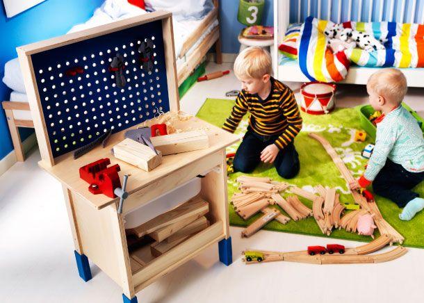 tabli duktig au centre de la pi ce et deux gar ons jouant par terre enfants pinterest. Black Bedroom Furniture Sets. Home Design Ideas