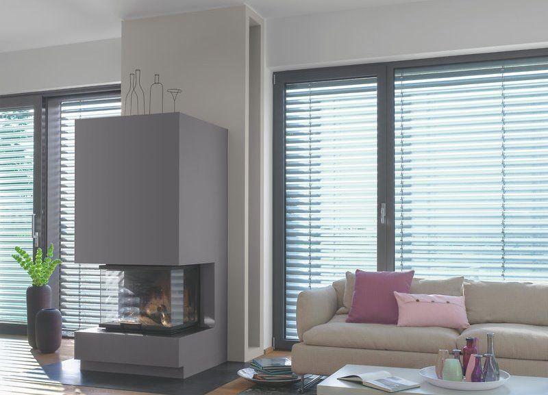 in diesem wohnzimmer wird der kamin durch seine dunkelgraue farbe hervorgehoben die. Black Bedroom Furniture Sets. Home Design Ideas