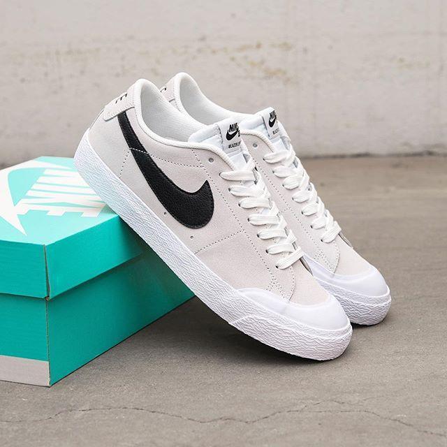 Nike Sb Levererar En Helrätt Modell Som Kallas Nike Sb Blazer Zoom Low Xt Den Funkar Utmärkt Att åka Bräda Med Men även Väldig White Nikes Shoes Mens Sneakers