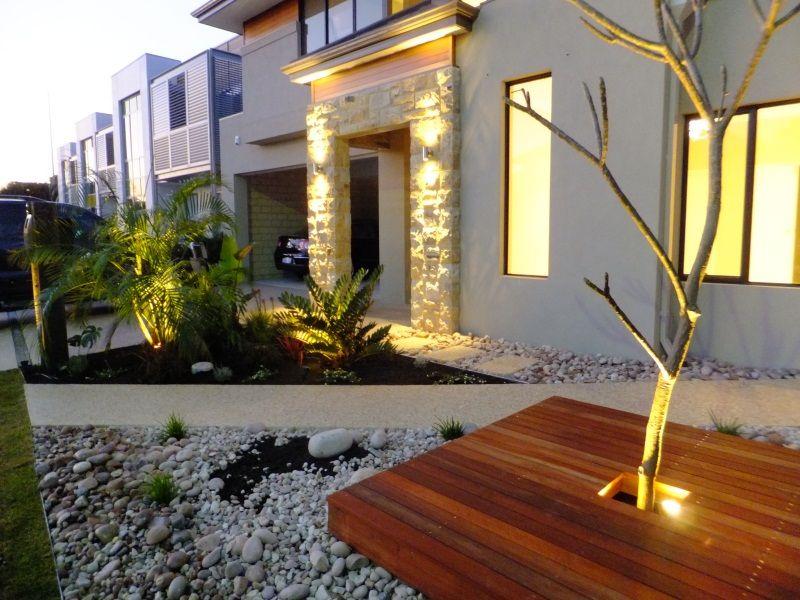 Jardin de ingroeso con piedras y deck iluminado jardines for Jardines exteriores con piedras