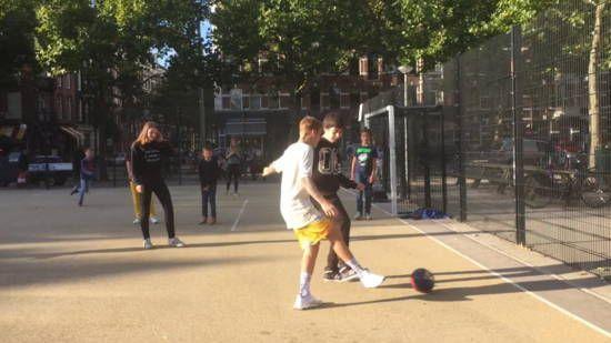 Justin Bieber voetbalt met kinderen in Amsterdam   NOS Jeugdjournaal