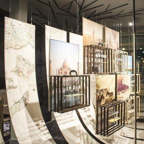 Escaparate agencia de viajes en barcelona dise ado por el for Espectaculo artistico de caracter excepcional