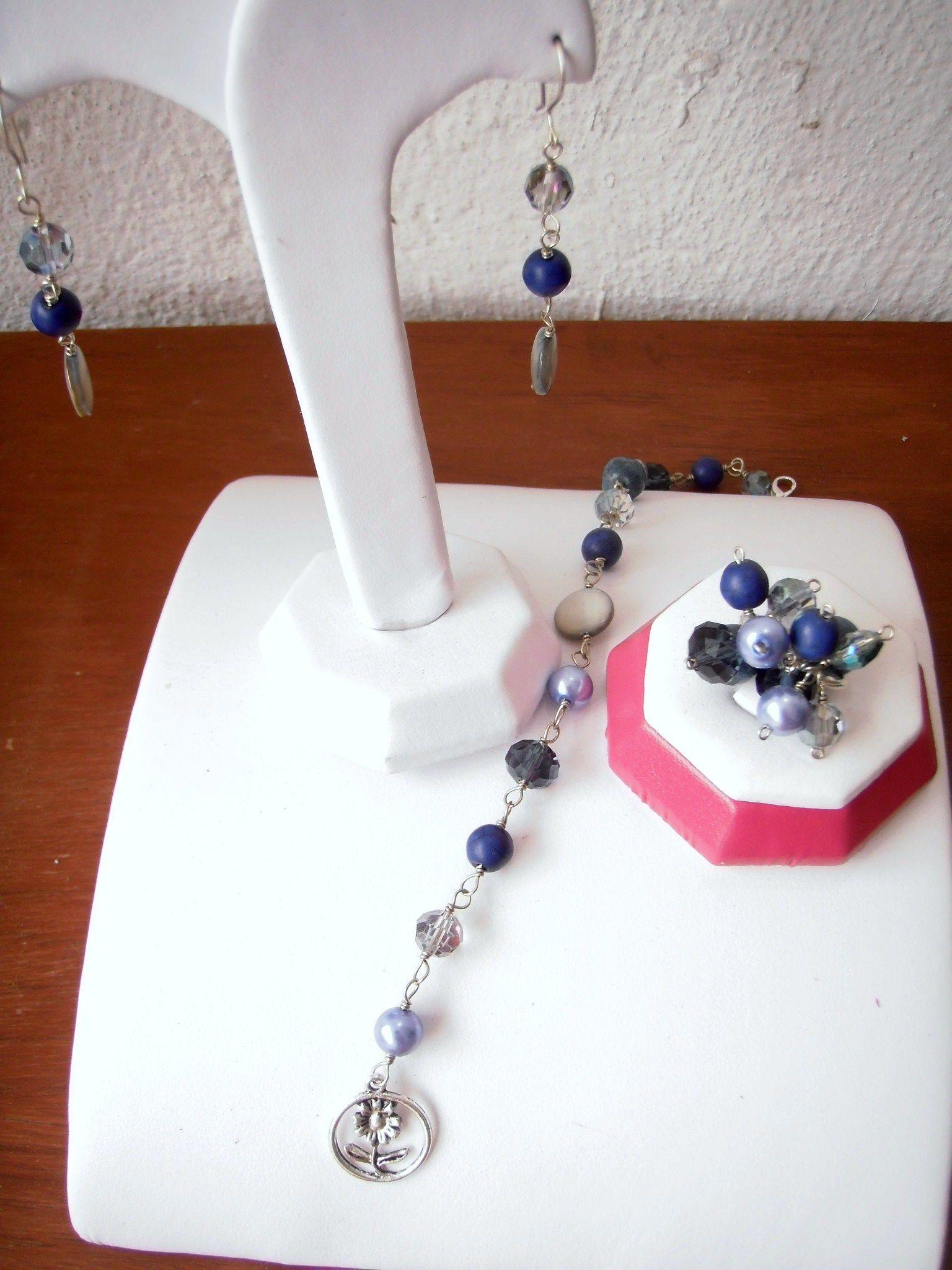 Aretes, pulsera y anillo, combinado diferentes azules con dije plata..