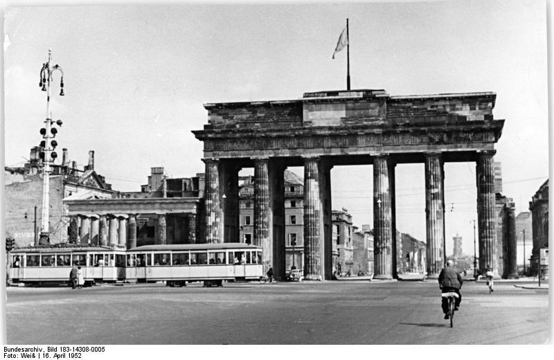 File Bundesarchiv Bild 183 14308 0005 Berlin Brandenburger Tor Ruinen Strassenbahn Jpg Brandenburger Tor Bundesarchiv Bild Tor