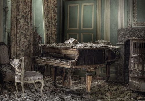 Grand with decay Mansion house G. A vast abandoned mansion, breathtaking in all ways.