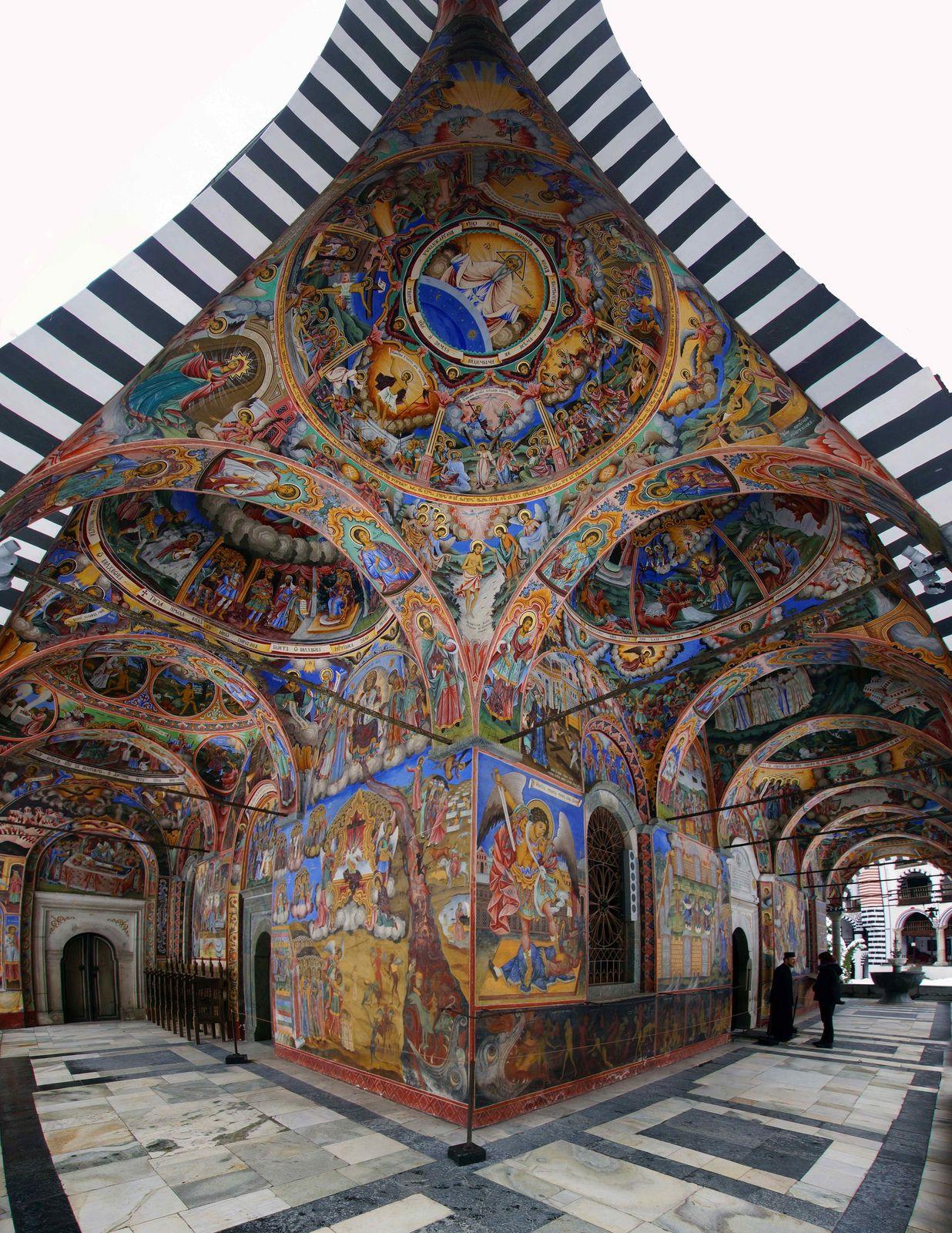 """Monasterio de Rila: """"Pasando a través de las enormes puertas del monasterio por primera vez, es uno de los momentos especiales de la vida: la escena cambia de intensidad de color gris a un carnaval de colores"""" Bulgaria"""