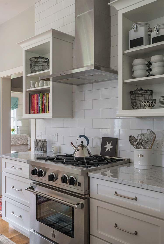Modern Farmhouse Style Nestled In An Idyllic Woodsy New England Setting Kitchen Decor Plates Farmhouse Kitchen Decor Country Kitchen Cabinets