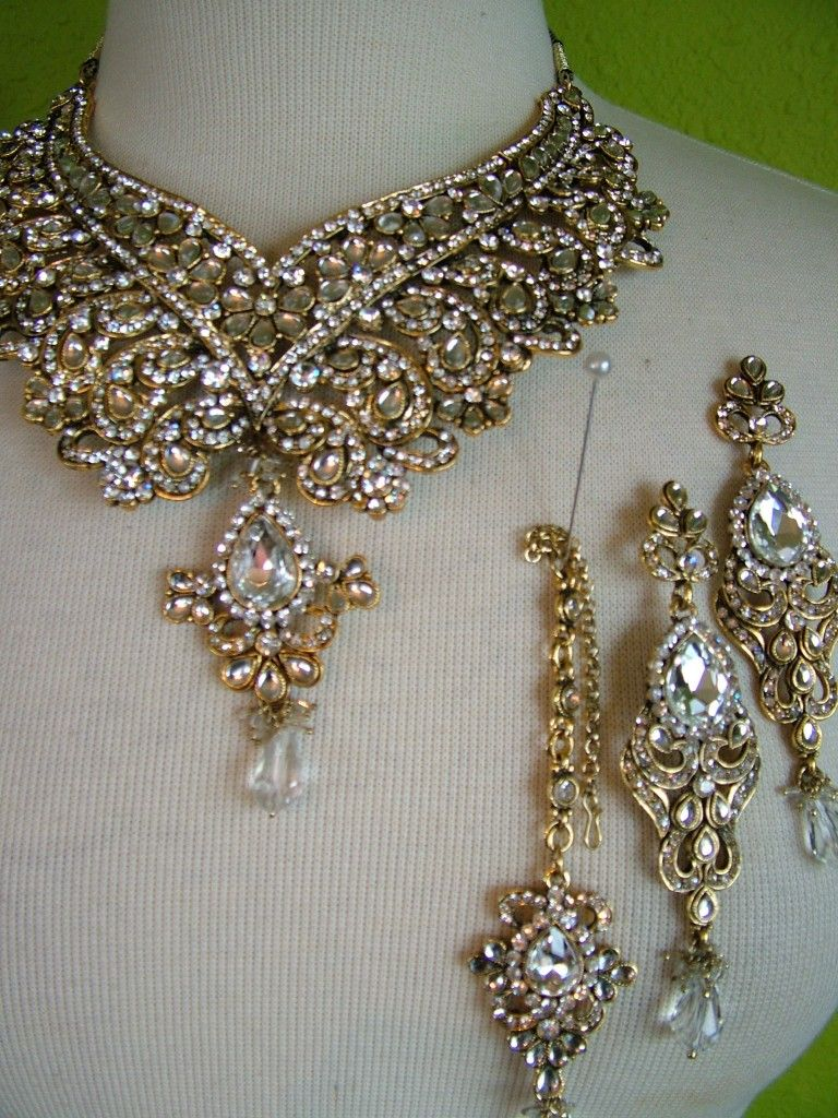 India Wedding Jewelry Set With Earrings And A NecklaceOh