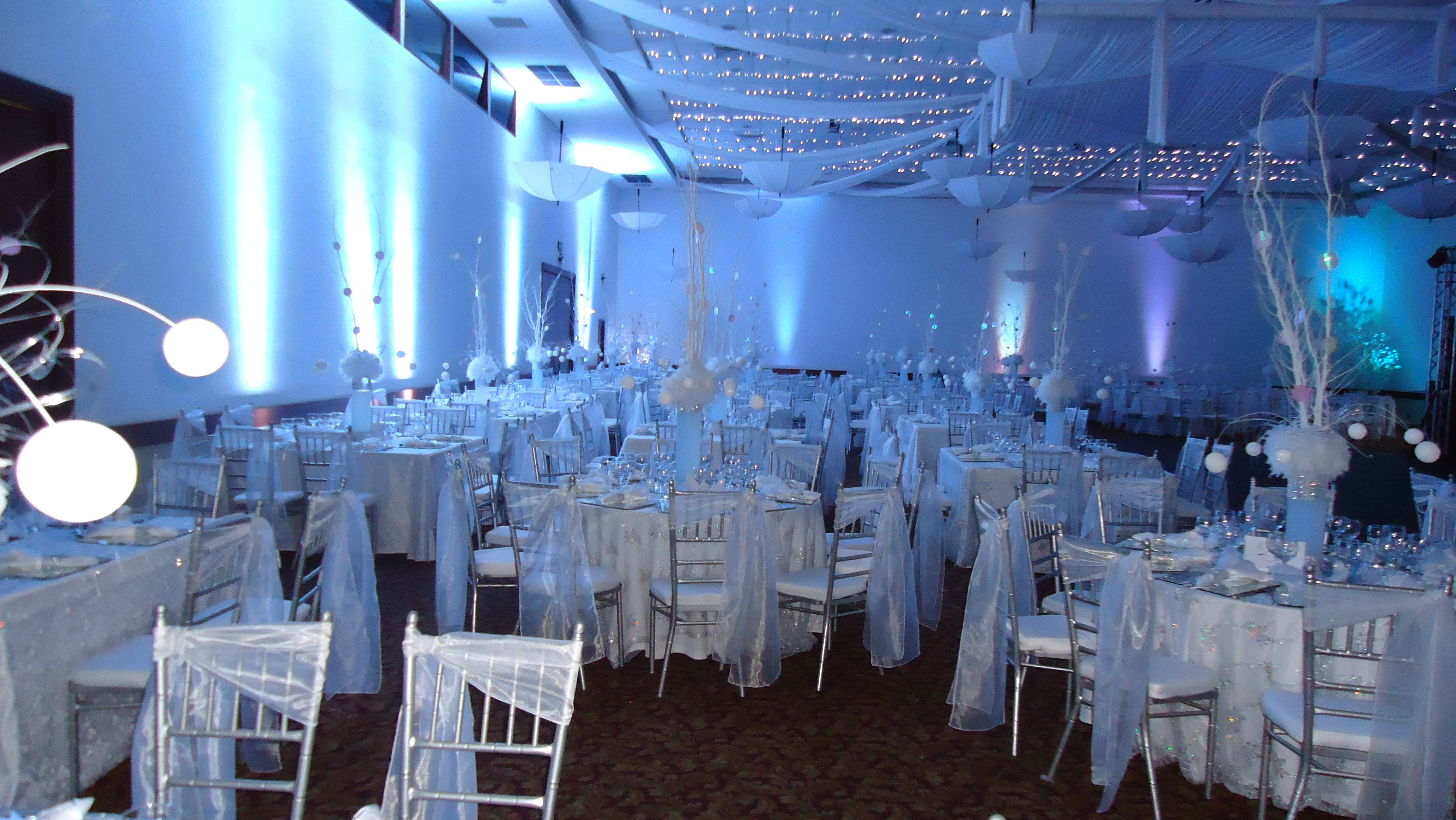 Salon decorado con telas luces led y sombrillas fiesta for Decoracion de salon con telas y luces