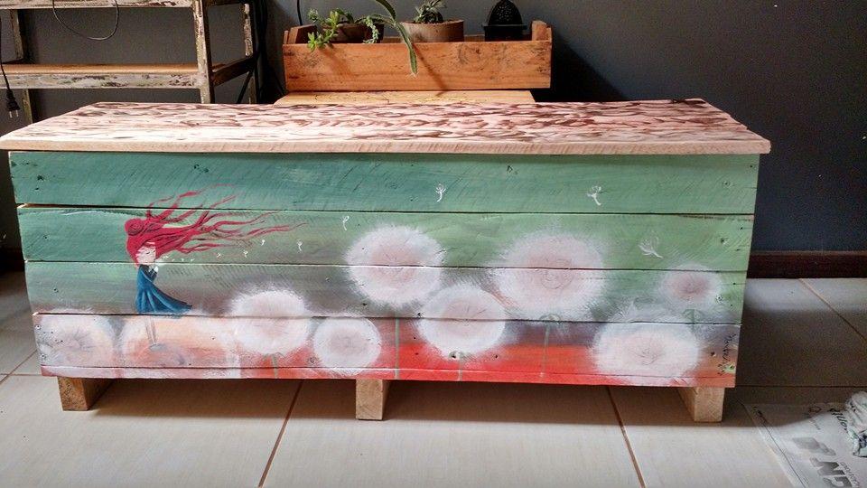 Caixote em madeira de pallets com pintura em aquarela.