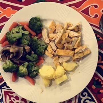 100g Chicken 100g Potato Steamed Vegetables افطار صحي ١٠٠غرام دجاج ١٠٠ غرام بطاط و الخضرة مسلوقه A Healthy Breakfasting For Ramadan Chicken Food Meat