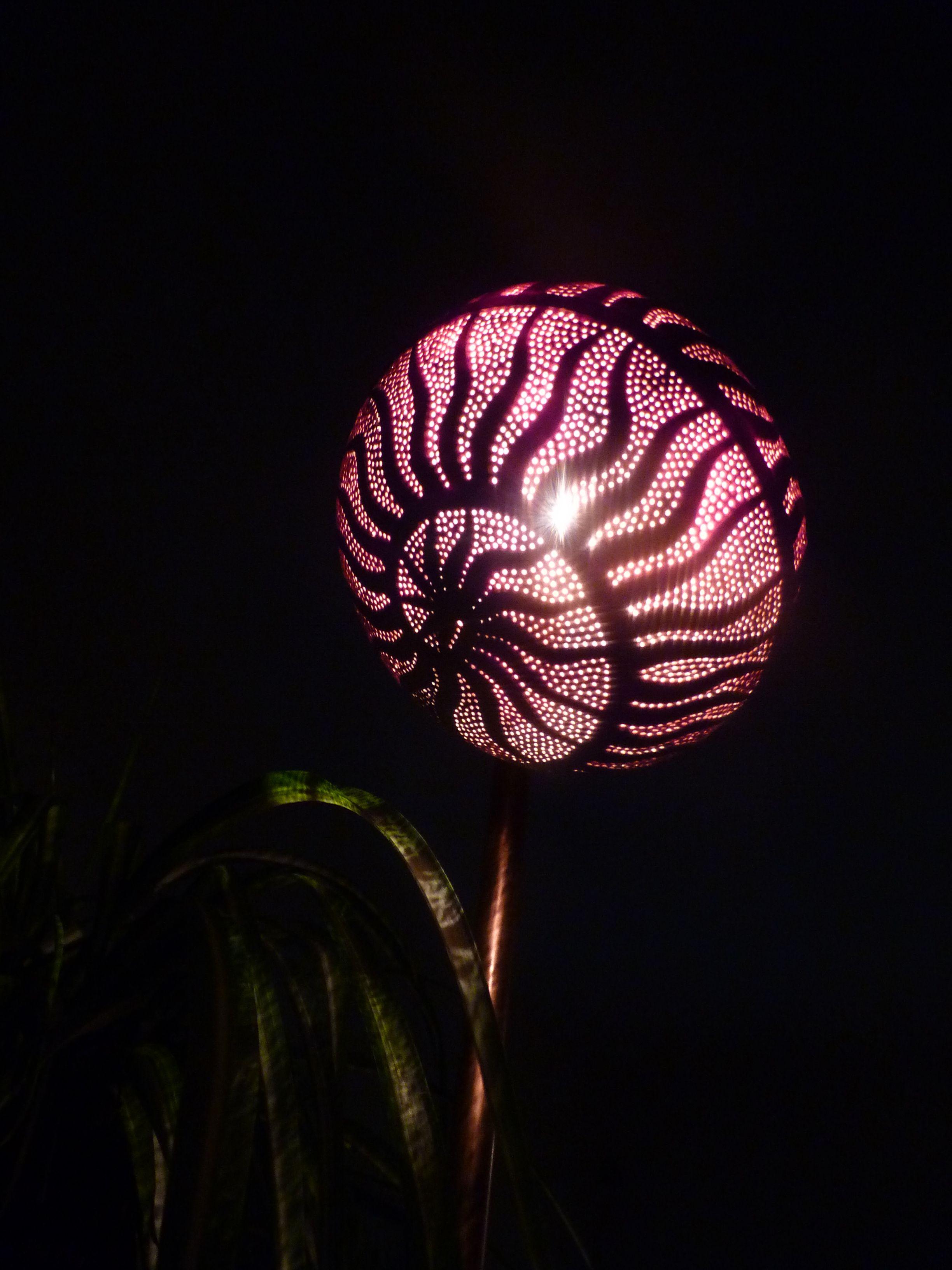 Noix de coco blanche sculptée en relief au Dremel puis transformée en lampe d'ambiance..