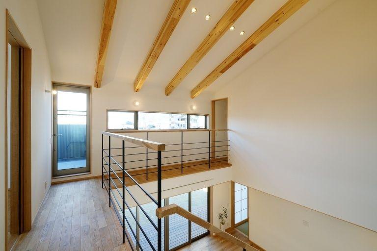 豊橋市 牛川通の家 階段と一体となった造作のtvボードナラの床材との相性