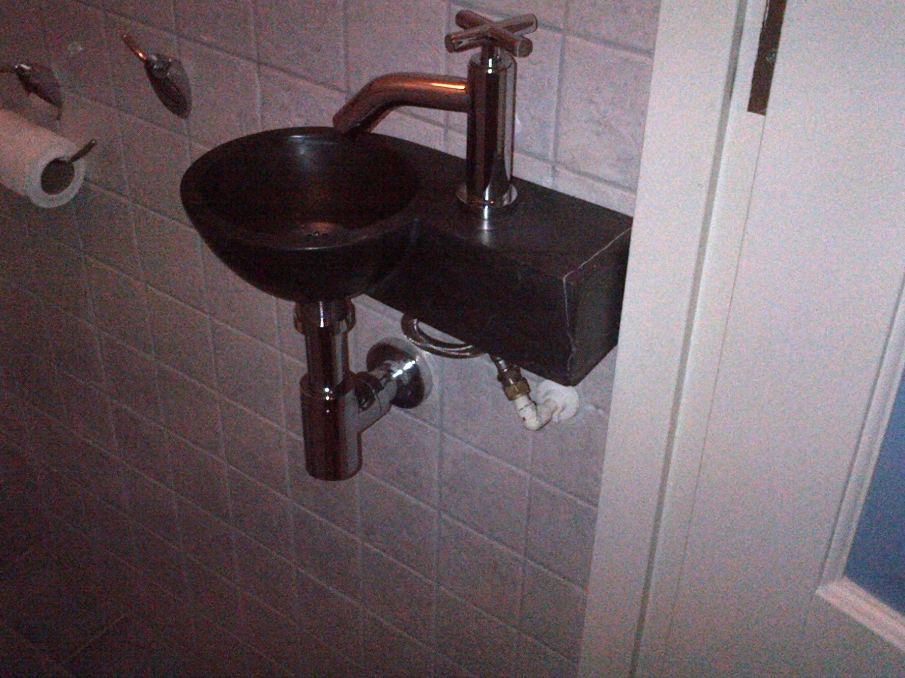 Nieuw wastafeltje in toilet geplaatst.