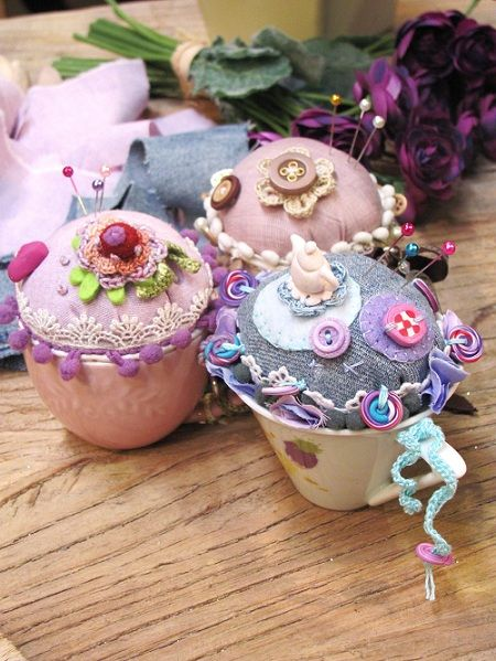 Coffee Cup Pin Cushion - love the way she leaves the fimo buttons hanging! [Manifattive]