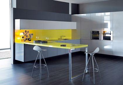 cocinas Diseño de cocina con muebles suspendidos en blanco, gris con ...