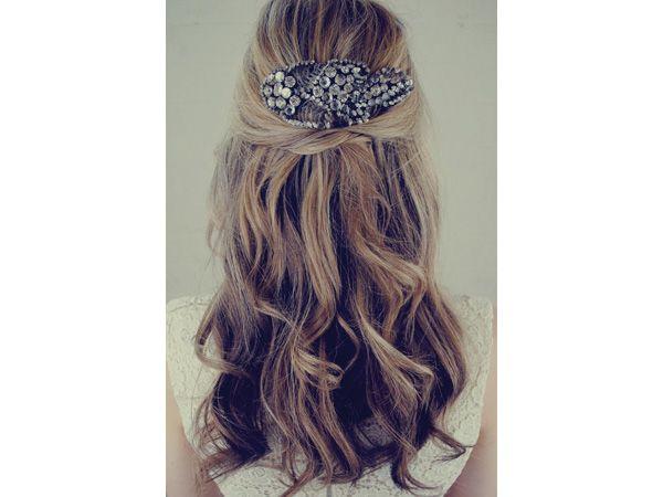 Tocado de novia hipster en broche antiguo y cabello suelto