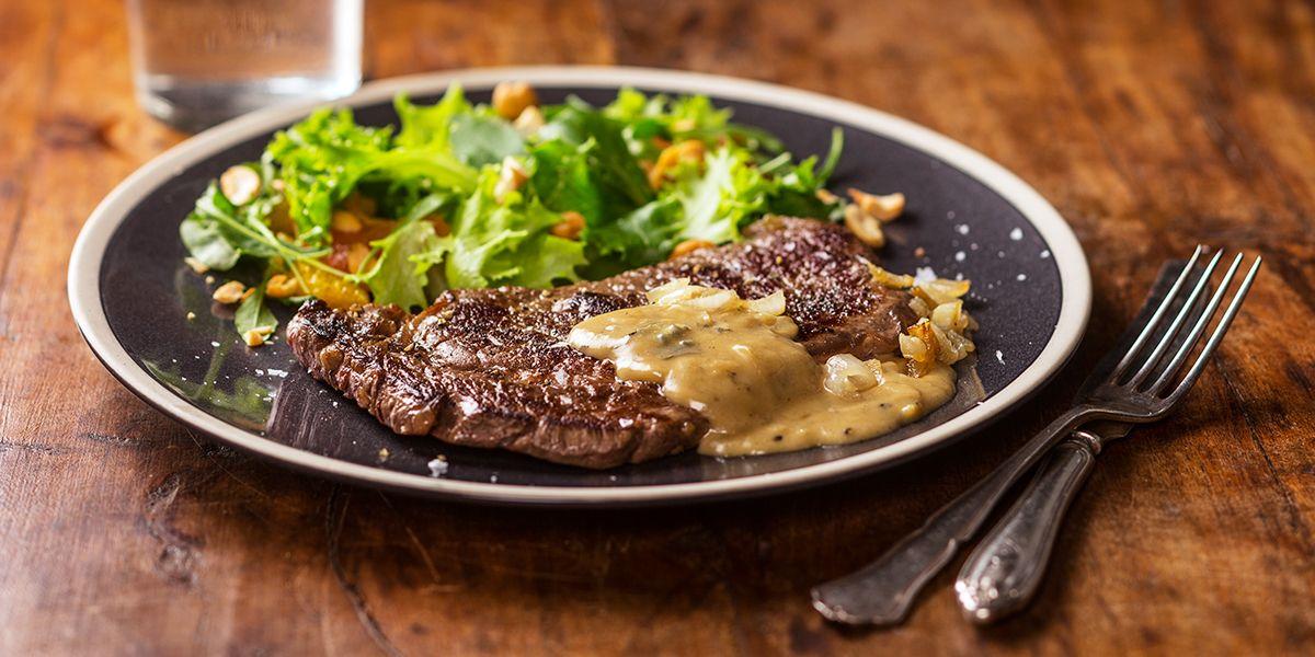1. Ota lihat huoneenlämpöön noin tunti ennen ruoanlaittoa.2. Kuori ja hienonna sipuli. Kuumenna pannulla öljy ja kuullota sipulit läpikuultavaksi. Kun sipulit kuultavat, lisää pannulle vesi ja anna kuohahtaa.3. Paloittele joukkoon roquefortjuusto ja sekoittele, kunnes juusto on sulanut. Lisää joukkoon ruokakerma ja mustapippuri. Sekoita, ja anna hautua miedolla lämmöllä hiljakseen kuplien salaatin ja pihvien valmistuksen ajan. Sekoittele silloin tällöin.4. Huuhtele ja kuivaa salaatti. Revi…