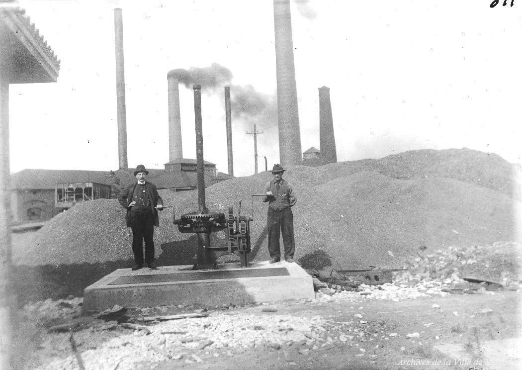 1919 Puit de succion et ouvriers près de la station de basse pression avec cheminées pile de charbon, Archives de la Ville de Montréal,VM4-14-Y-1-5-811