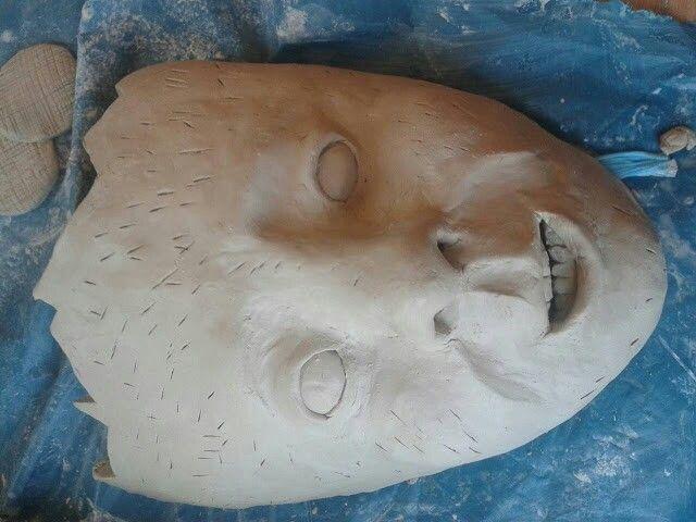 Les 6. Ik ben vandaag begonnen met het masker namaken zoals op de schets. Ik heb het masker aan de bovenkant opengesneden. Het lijkt nu op iets dat gebarsten is. Mijn kei was ondertussen te hard geworden en daarom heb ik er gaatjes met een mes ik gemaakt en die gevuld met water. Dan kan er wat water intrekken en word de klei zachter. Het opensnijden vond ik leuk om te doen en de volgende les ga ik beginnen met de radio die uit het hoofd gaat komen.