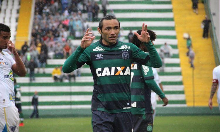 A busca do Sport por um lateral-direito finalmente chegou ao fim. O clube acertou a contratação de Apodi, destaque do Brasileirão 2015 pela Chapecoense.
