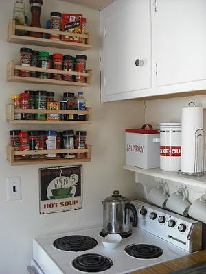 When you don't have enough cabinet space. I like the shelf with the hooks underneath for mugs - Lite dumt dock när man ska öppna skåpsluckan?