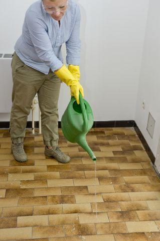 Repeindre le carrelage au sol d\u0027une cuisine  tuto en images idėes - Peindre Du Carrelage Mural De Cuisine