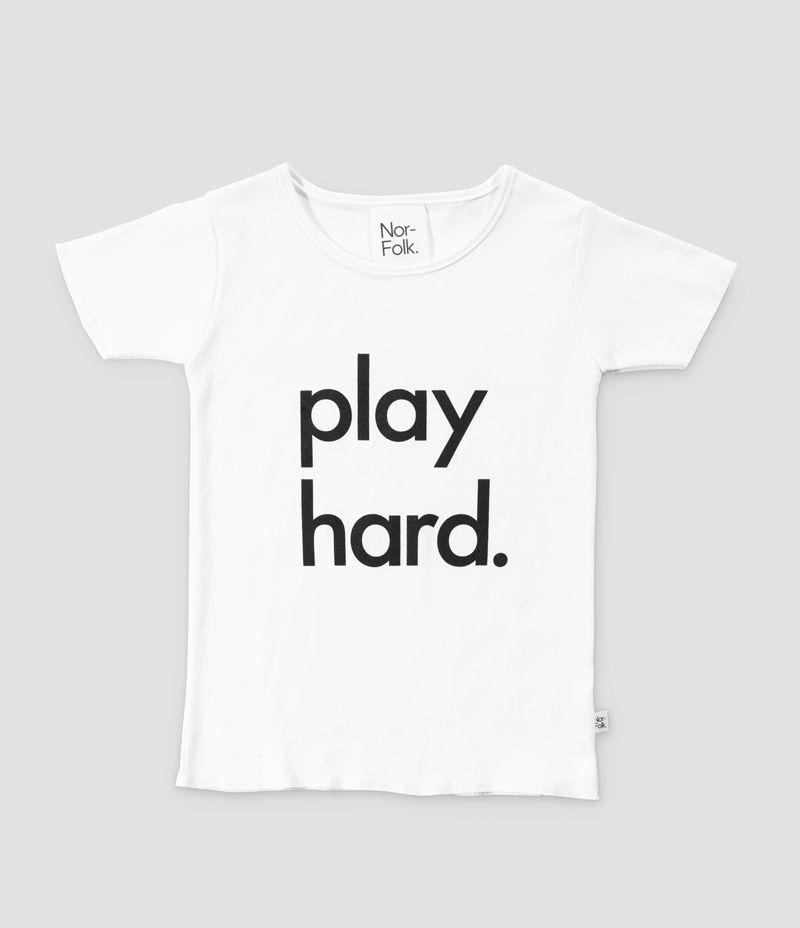 Cooles T-Shirt mit 'play hard' Print von dem englischen Label Nor-Folk. Die Shirts werden in Norfolk/ England produziert und von Hand bedruckt! Somit ist jedes Teil ein Unikat. Material: 100 % Baumwolle Farbe: Weiß