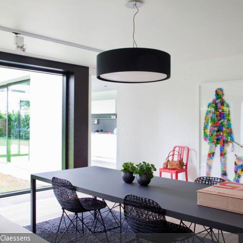 ein langer schwarzer esstisch dominiert das gesamtbild im essbereich in kombination mir. Black Bedroom Furniture Sets. Home Design Ideas