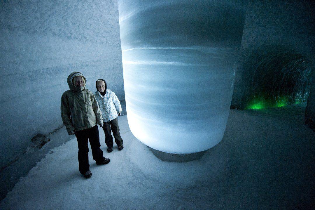 ISTUNNEL: I Klimapark 2469, ikkje langt unna skisenteret, ligg det ein 60 meter lang istunnel som er ljossett.