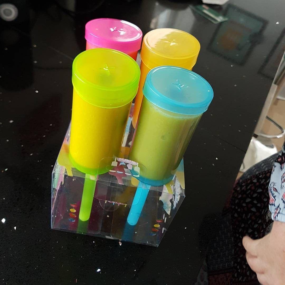 Hjemmelavede skubop-is . Nemt til børnene. Her med mango, æblemost og blåbær