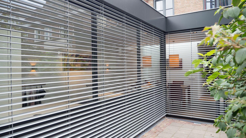 Aanbouw Open Keuken : Aanbouw met moderne keuken zicht vanuit tuin lamel half open