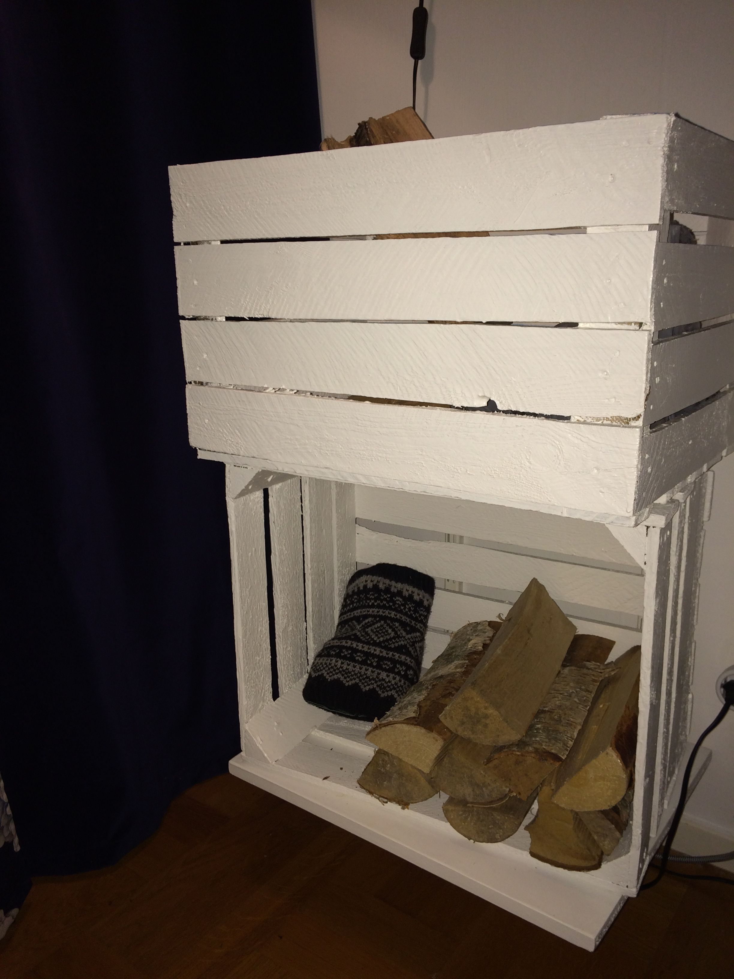 Allt upp från golvet! den undre lådan står på en vägghängd hylla ...