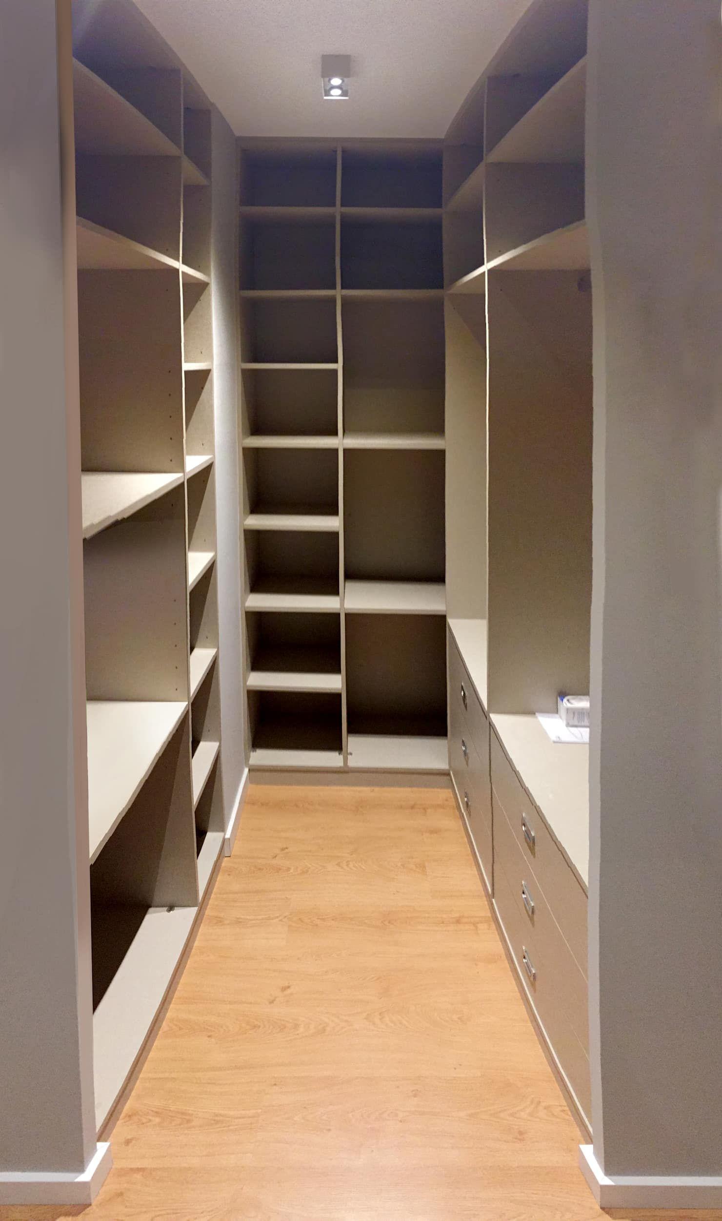 Vestidor compuesto por un armario a medida de madera.: dormitorios de estilo de muka design lab, moderno