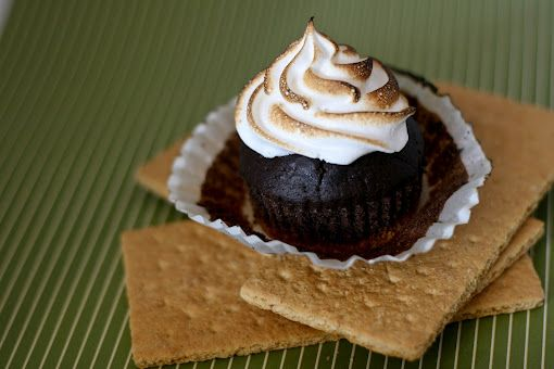 Une-deux senses: Chocolate Graham Cracker Cupcakes with Marshmallow Frosting! For camping anytime!