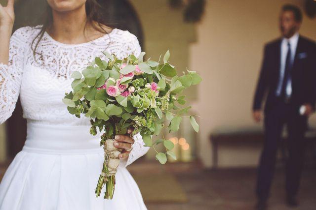 La novia del ramo de eucalipto y rositas - http://novias.tk/2015/11/02/la-novia-del-ramo-de-eucalipto-y-rositas/