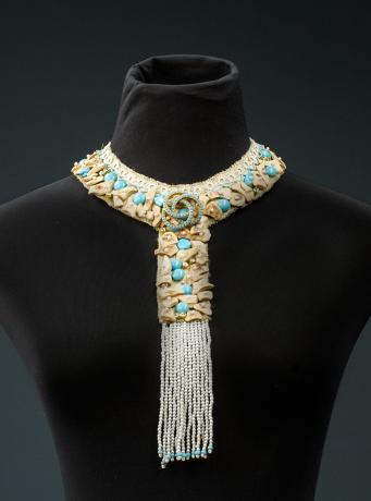 عقد مدام ريف مصنوع من نسيج مغط ى بأحجار باللون الفيروزي والبيج وتتدل ى منه حب ات الخرز البيضاء اللون إحصلي عليه ال Crochet Necklace Jewelry Beaded Necklace