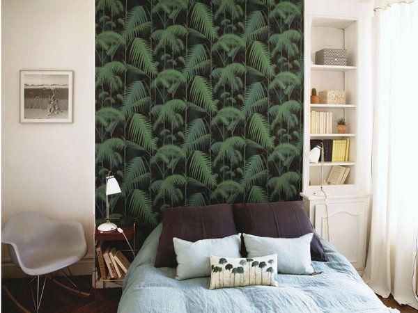 Cabecero con papel pintado vegetal en el dormitorio