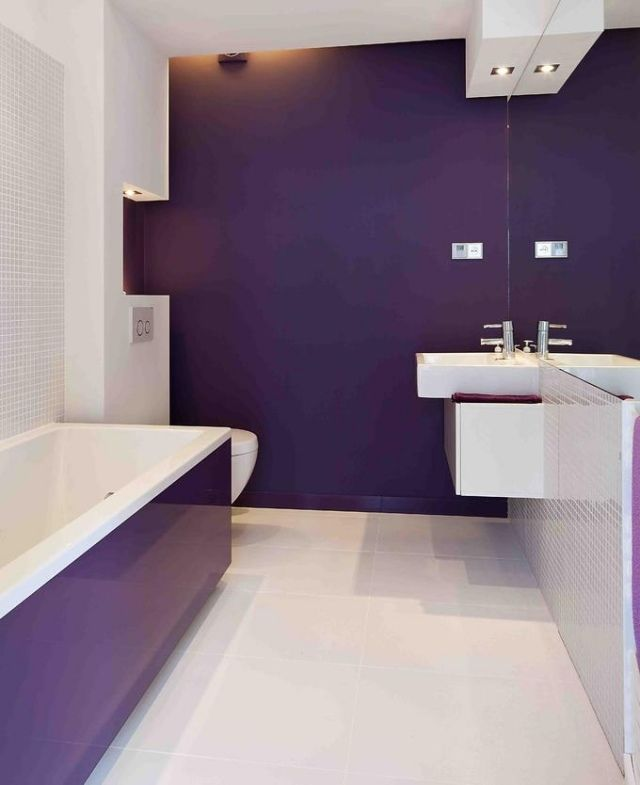 spezielle farbe bad lila aubergine wei spiegelwand badewanne badezimmer pinterest. Black Bedroom Furniture Sets. Home Design Ideas