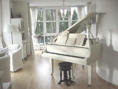 Piano living room white chippy shabby chic for 2 piani cottage storia