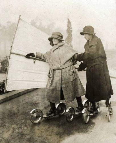 Berlin, Zwei moderne Frauen mit Roller Skatern und