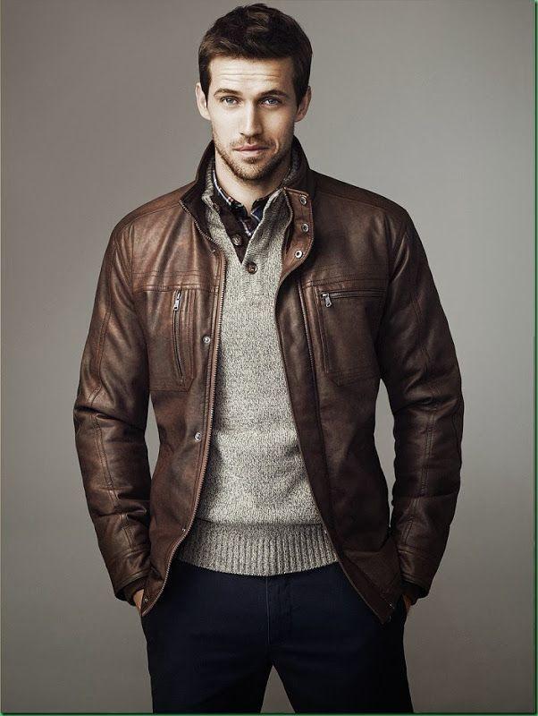 Este es una chaqueta de cuero y el suéter. Se puede vestir en una fiesta o  otro ocasión especial. El suéter es gris. La chaqueta es marrón. 4d97901658317