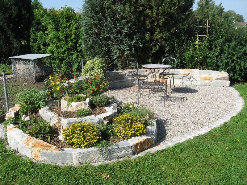 Kräuterspirale mit Sitzplatz Kräuterspirale Pinterest - steingarten mit springbrunnen