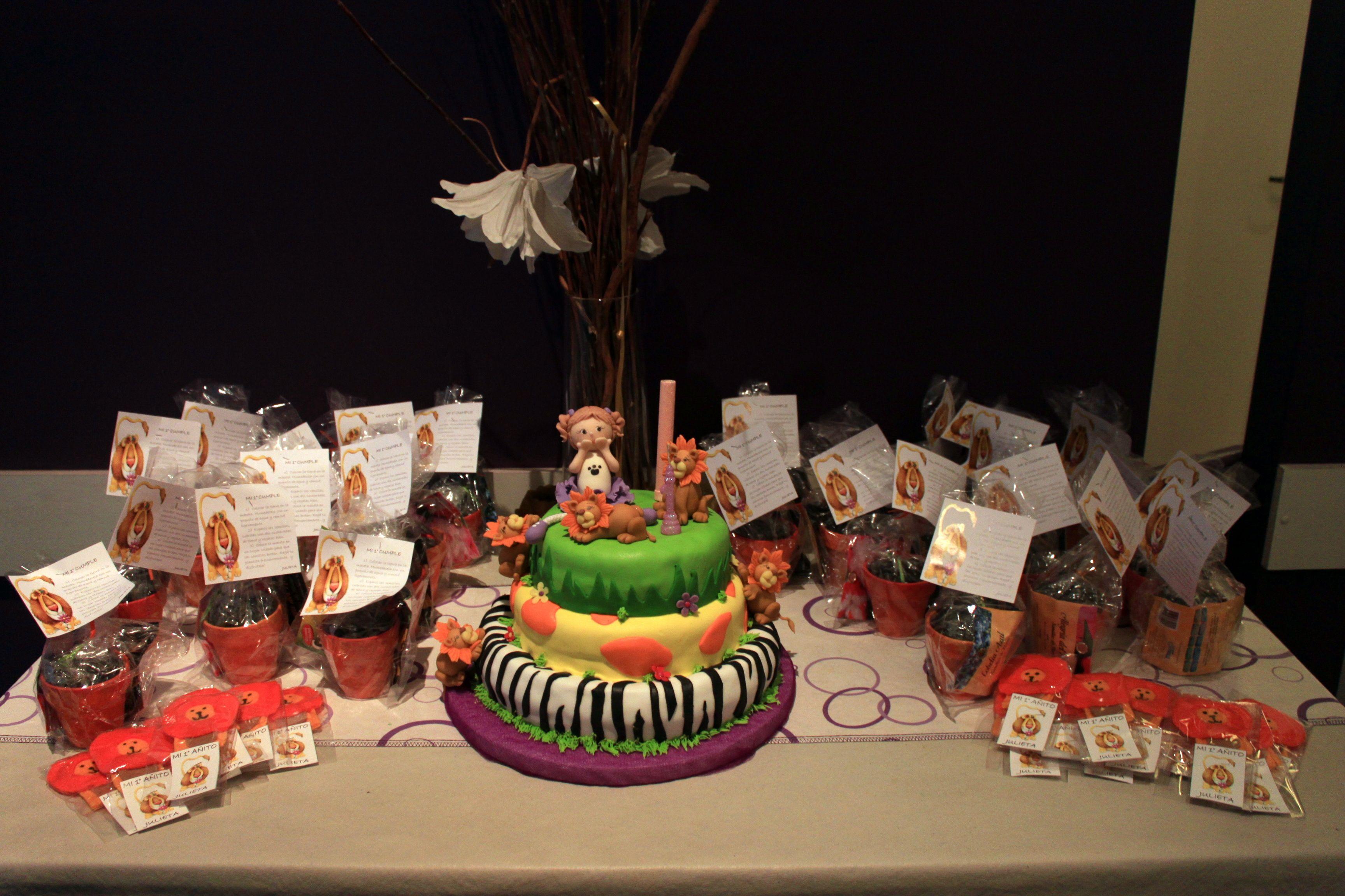 Torta para el cumple de un año de Juji! Souvenir:  1)macetas pintadas a mano, con bolsita de tierra y semillas. 2)titere de dedo de leoncito