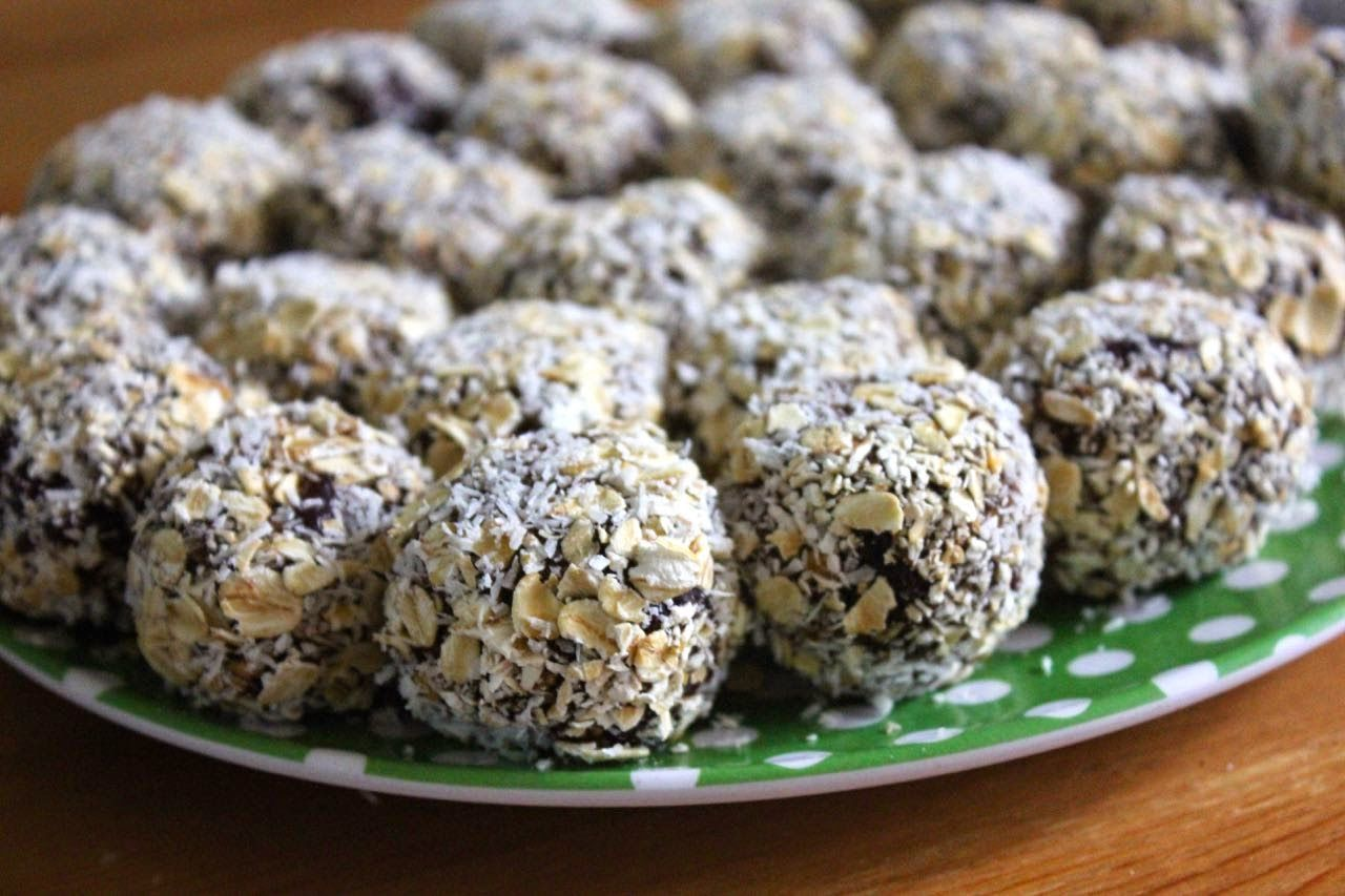 Green Gourmet Giraffe:  Chocolate Bliss Balls with Bananas, Dates, Cranberries, Coconut, Oats, Cocoa and Honey. YUMMY!