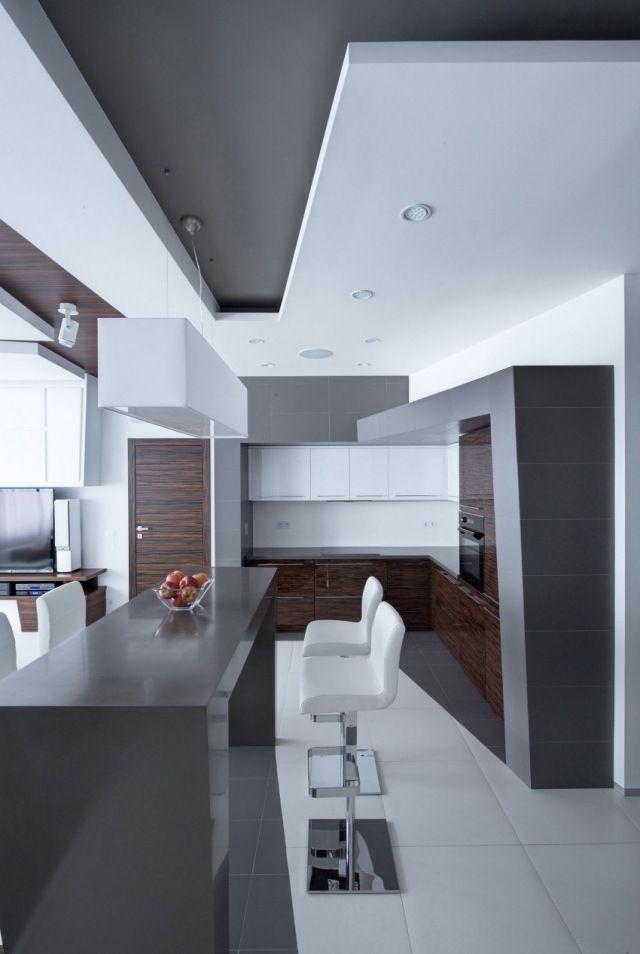 cuisine avec bar et tabourets de bar armoire de rangement pratique