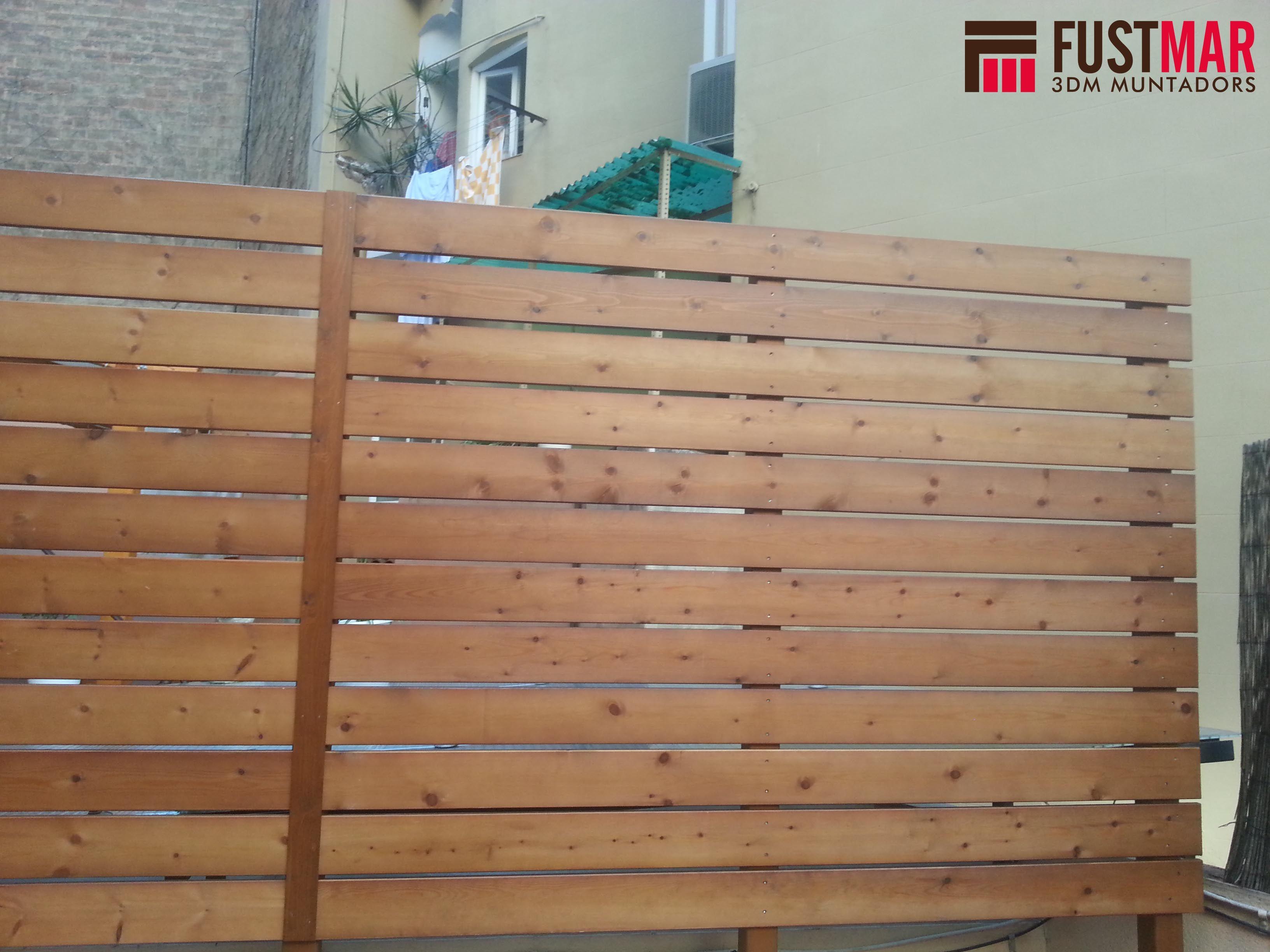valla de madera tratada con color nogal formada por listones de xmm y pilares de