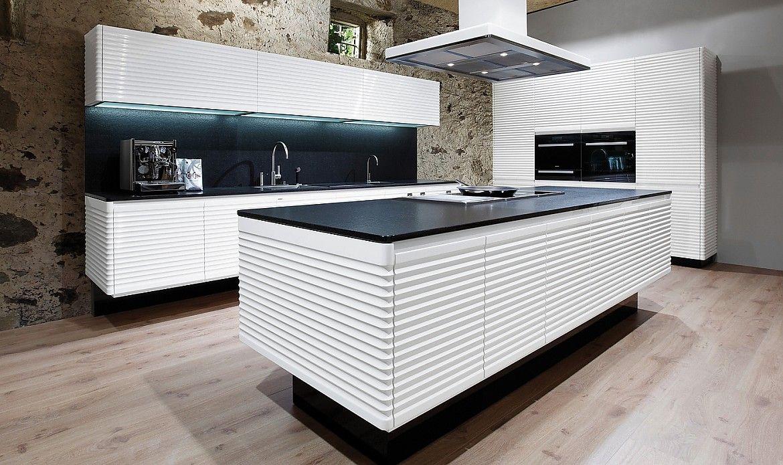 Küche weiß mit Kochinsel und Schwarzer Naturstein-Arbeitsplatte ...
