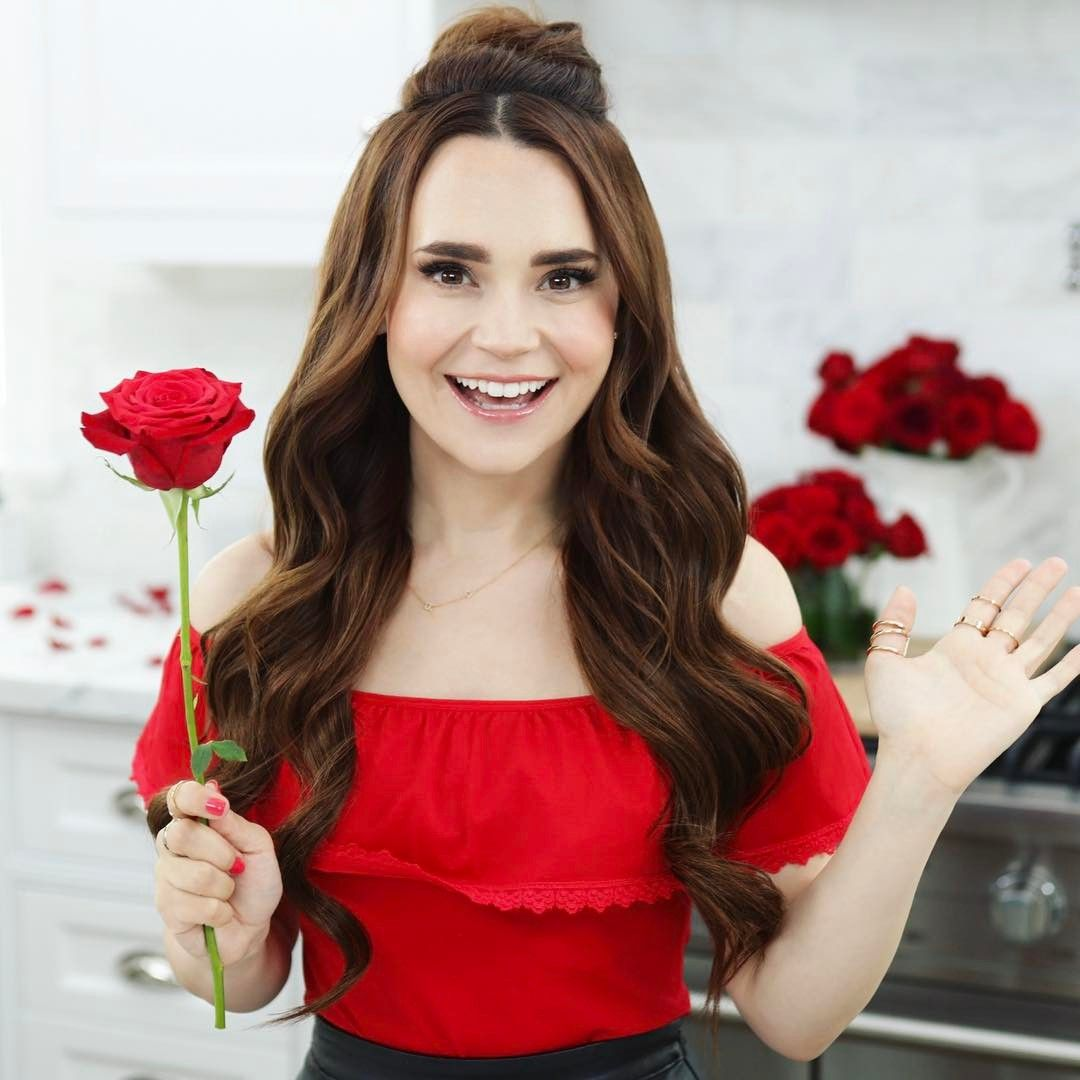 The 35-year old daughter of father (?) and mother(?) Rosanna Pansino in 2020 photo. Rosanna Pansino earned a million dollar salary - leaving the net worth at million in 2020